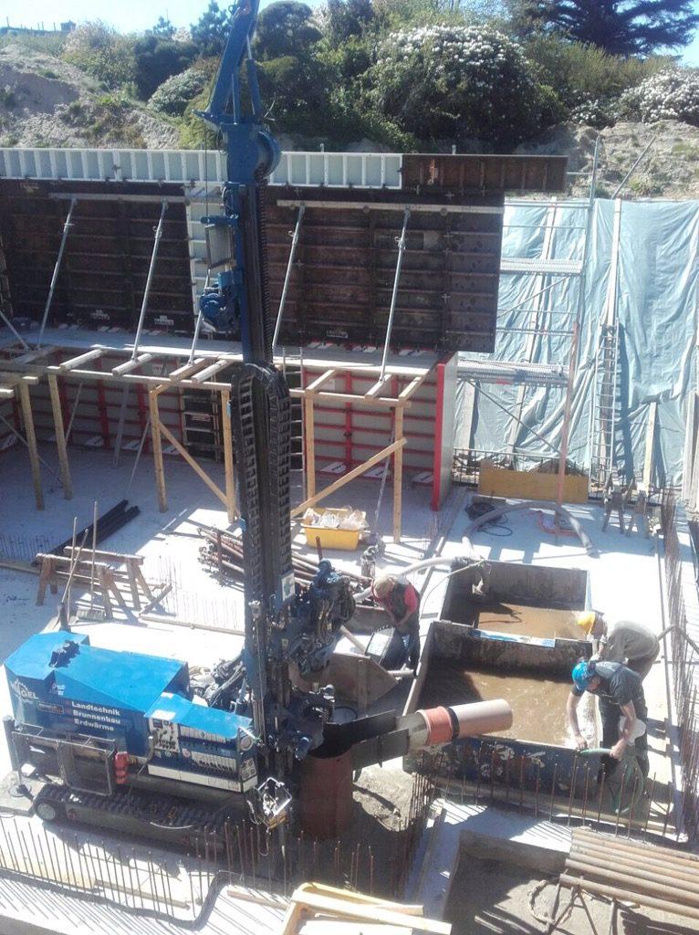 Insel Sylt: Bohrung für Fahrstuhlzylinder in einer Baugrube