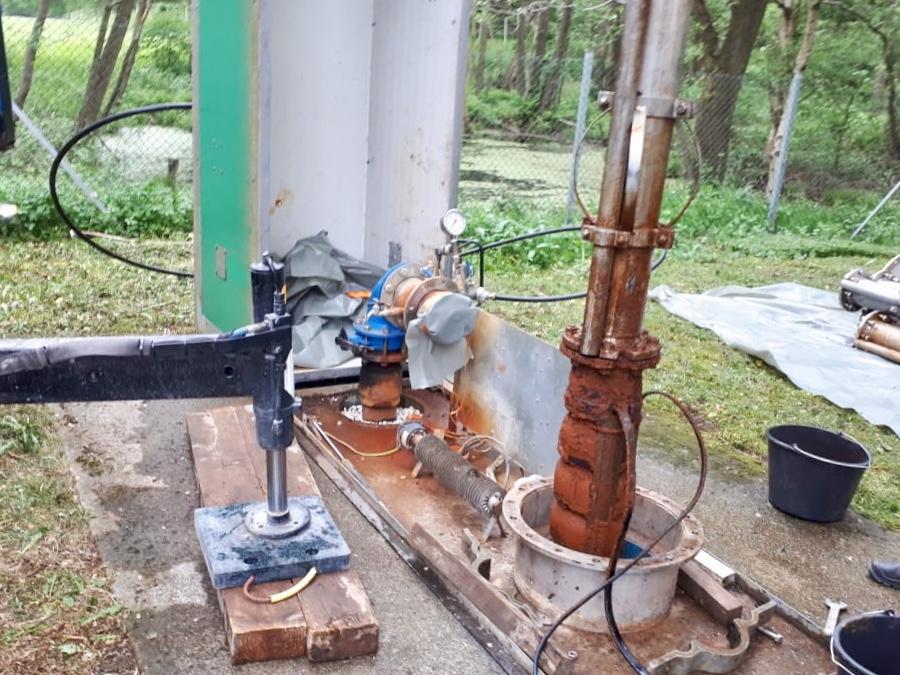 Wasserwerk… Ausbau einer Pumpe samt Steigleitung mit unserem Kran…